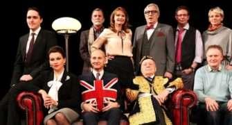 Jistě, pane premiére! Britská komedie desetiletí na prknech Divadla Bez zábradlí