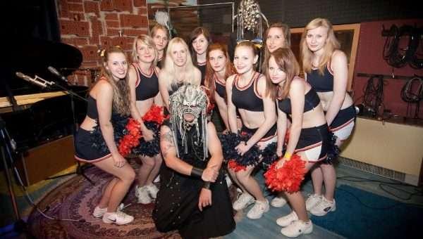 Metaloví Dymytry spolupracují s nejkrásnějšími dívkami Prahy