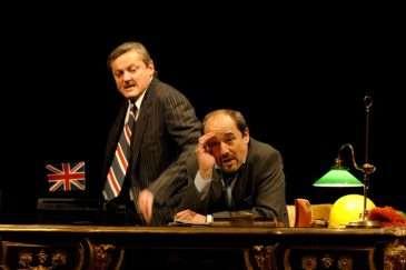 Jistě, pane ministře aneb Když seriál pronikne na divadelní prkna Vinohrad