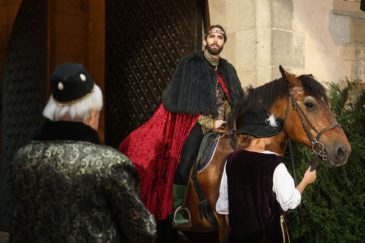 Působivý příjezd krále na hrad