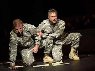 Othello (Lukáš Adamec) a Iago (Janek Ledecký)