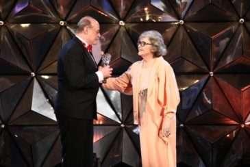 Božidara Turzonovová předává cenu Pavlu Novému