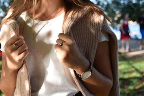 Ideální je outfit zkombinovat s výrazným šperkem