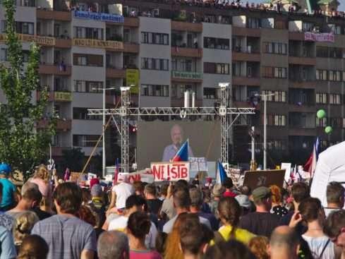 Zdeněk Svěrák promlouvá k sta tisícům demonstrantů