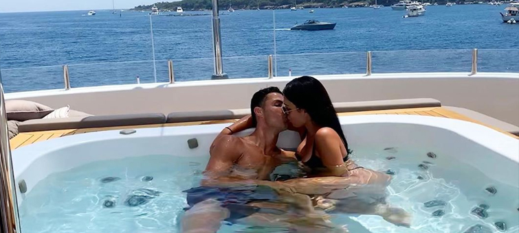 Cristiano Ronaldo si užívá na jachtě ve Středozemním moři