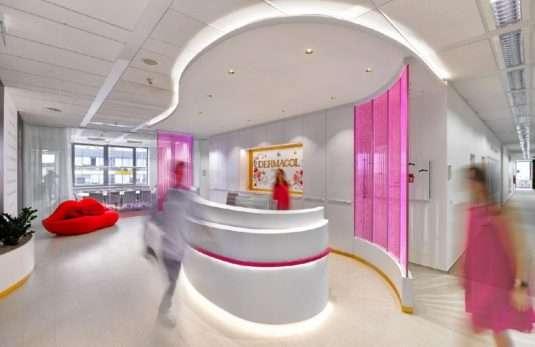 Recepce - v růžových skleněných stěnách stoupají nekonečné řady růžových bublinek