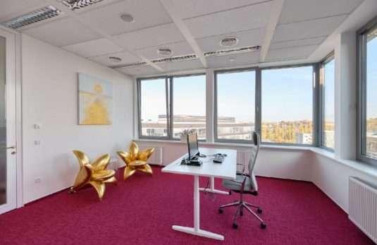 Kancelář Věry Komárové s ikonickými křesly ve tvaru zlatých lilií