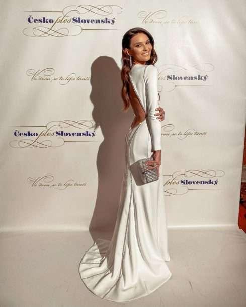 Její kolegyně Nikol Švantnerová oblékla bílou rolbu od firmy Pener. I jí zdobily drahé diamanty