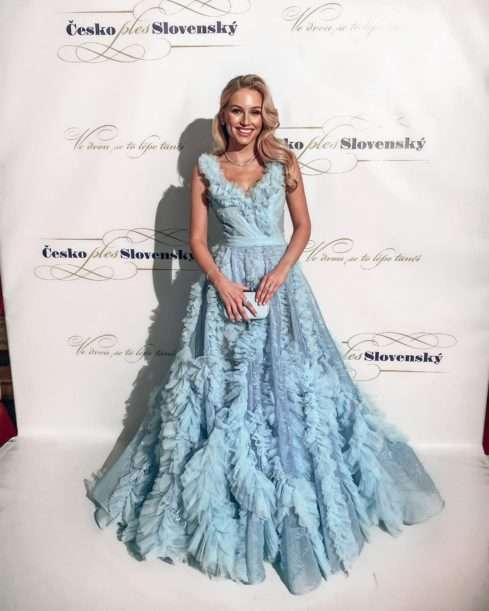 Krásná modelka Karolína Mališová vsadila na modrou a šperky za 3 a půl milionu korun