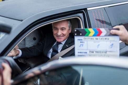 Jan Čenský ve filmu Casting na lásku řídí limuzínu